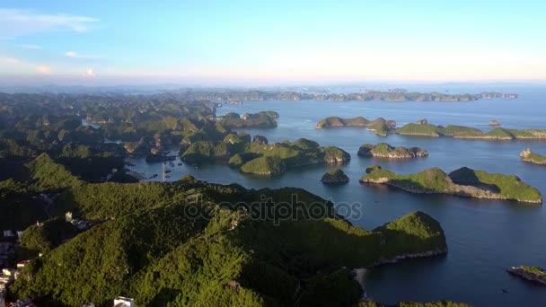 drone emelkedik nagy island resort City ellen képi szigetcsoport naplemente fény tengeri öböl partján