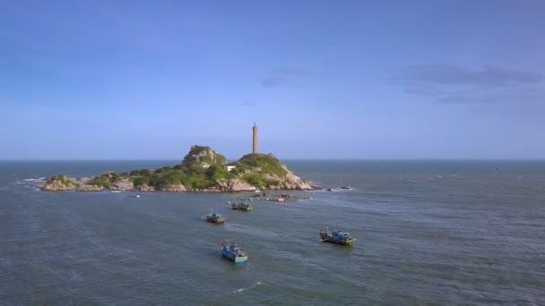 obere Panorama kleine grüne Insel mit berühmten Leuchtturm Boote treiben in der Nähe gegen grenzenlose azurblauen Meer und Himmel