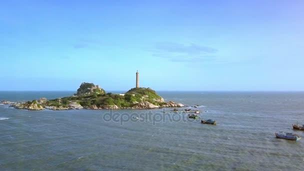 bildhafte Runde Luftbild Felseninsel mit berühmten Leuchtturm und Boote Segel auf See gegen blauen Himmel