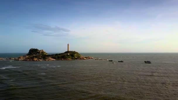 erstaunlich, Luftbild, dass Boote zum berühmten Leuchtturm auf Felsen gegen Sonnenuntergang segeln