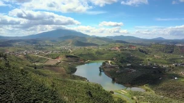 Velké údolí fantastický panoramatický výhled s klidné jezero a město proti mountain a obloha s mraky světlo bílé