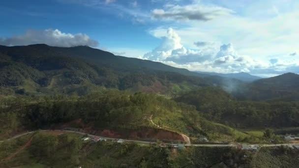 panoramatický pohled moderní dálnice, která se táhne podél velké horské nohu a obloha s mraky v pozadí