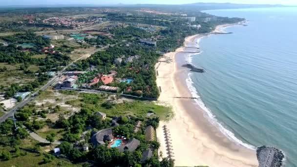 Hotel Panorama lusso Vip si estendono lungo la costa bagnata dal mare tranquillo sotto luce diretta del sole