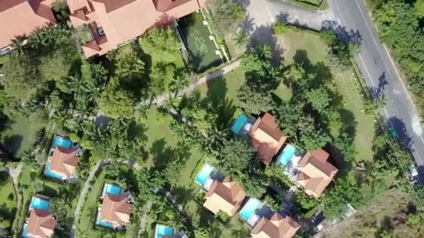 moderno hotel di Vip vista aerea con piscine e campi da tennis circondati da piante e alberi esotici