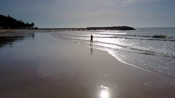 silueta ženy s dlouhými vlasy ponechává mírumilovný oceán svítí pod paprsky slunce jasný záblesk