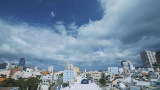 timelapse úžasné panorama moderní město s velkými mrakodrapy proti obloze bílé mraky