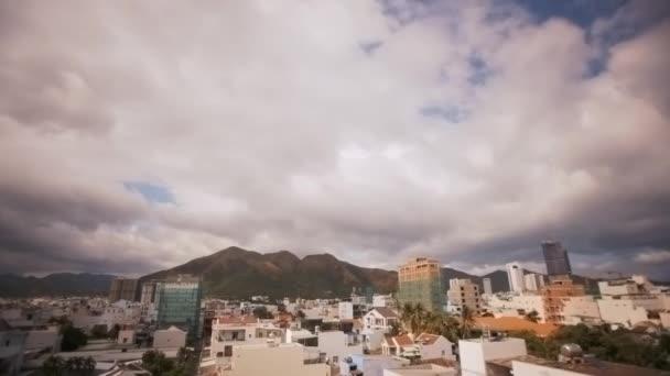 timelapse úžasné panoramatické zobrazení velké město s moderními budovami a hory v pozadí