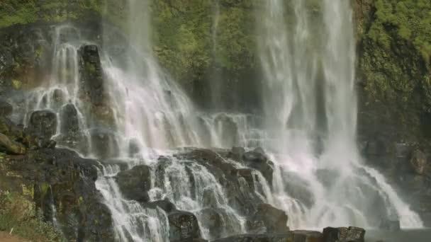 nádherné duhy nad krásný vodopád s strmé skály kaskády v známého národního parku