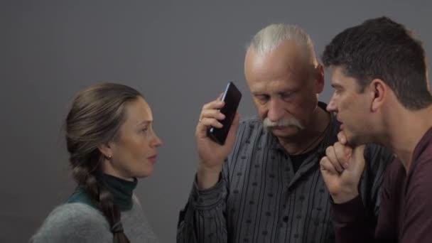 muži a ženy poslouchají telefonáty
