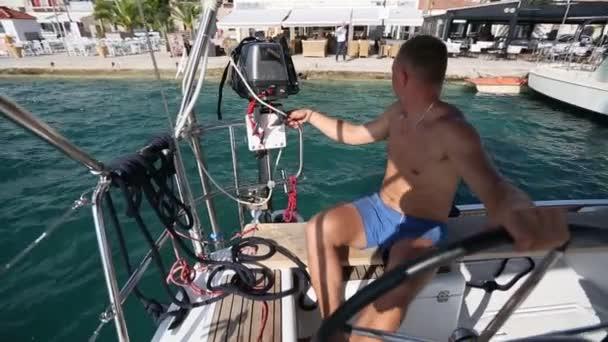 muž kapitán zakotvené plachetnice
