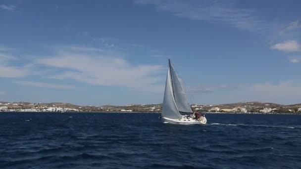 Vitorlás hajó fehér vitorlák