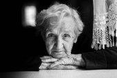 starší žena v domácnosti