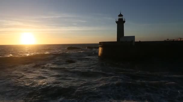 Leuchtturm am Steinstrand