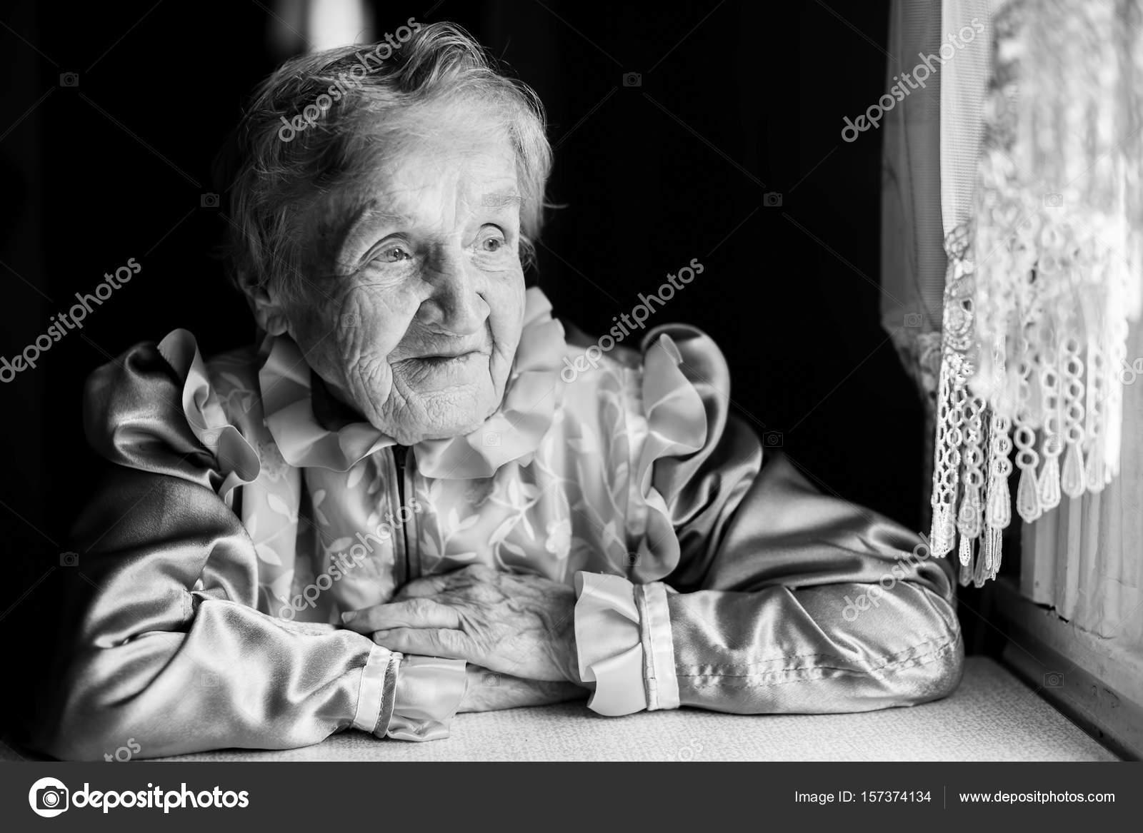 Donna anziana che si siede vicino alla finestra foto stock dimaberkut 157374134 - Finestra che non si chiude ...