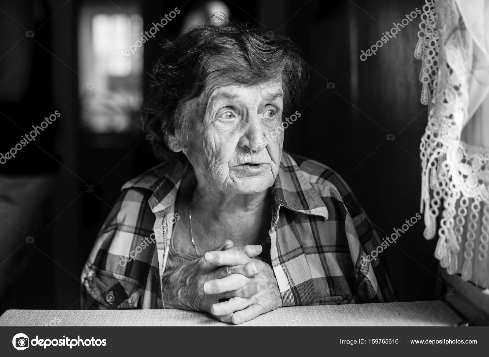 ed390e69c6 az idős asszony fekete-fehér portré — Stock Fotó © dimaberkut #159765616