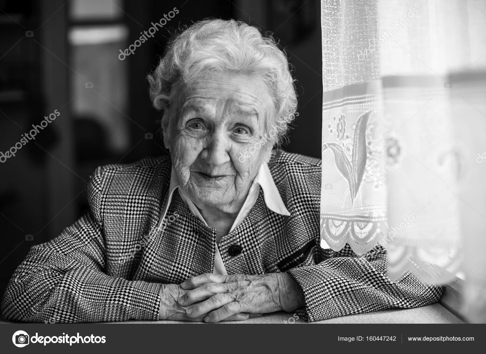 50b909b025 az idős asszony fekete-fehér portré — Stock Fotó © dimaberkut #160447242