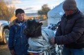 Místní Kazaši načten a uvázat kozu