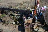 Fotografia Sacrificio rituale vicino petroglifi nel tratto Kalbak-Tash in montagne di Altai, Russia
