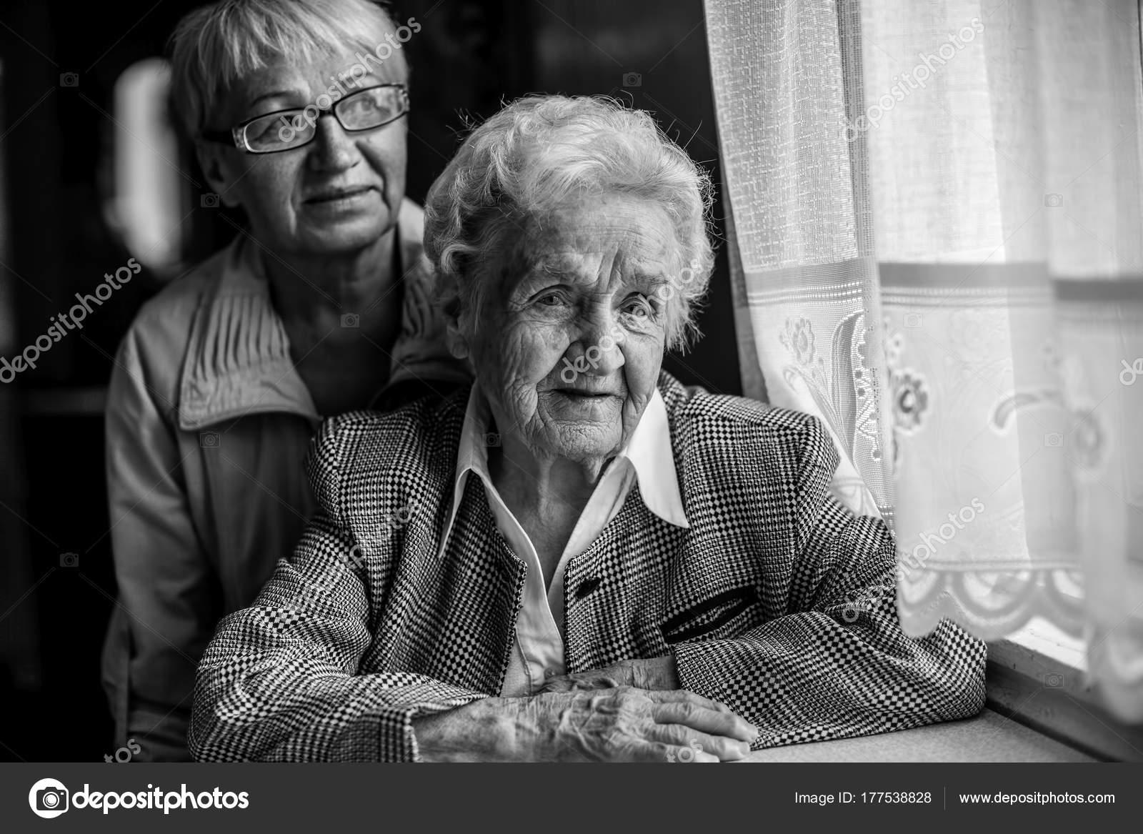 4b52196190 Egy Idős Asszony Asztal Mellett Egy Felnőtt Lánya Fekete Fehér– stock kép