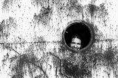 Egy elhagyott ipari vonat egy fiatal nő portréja.