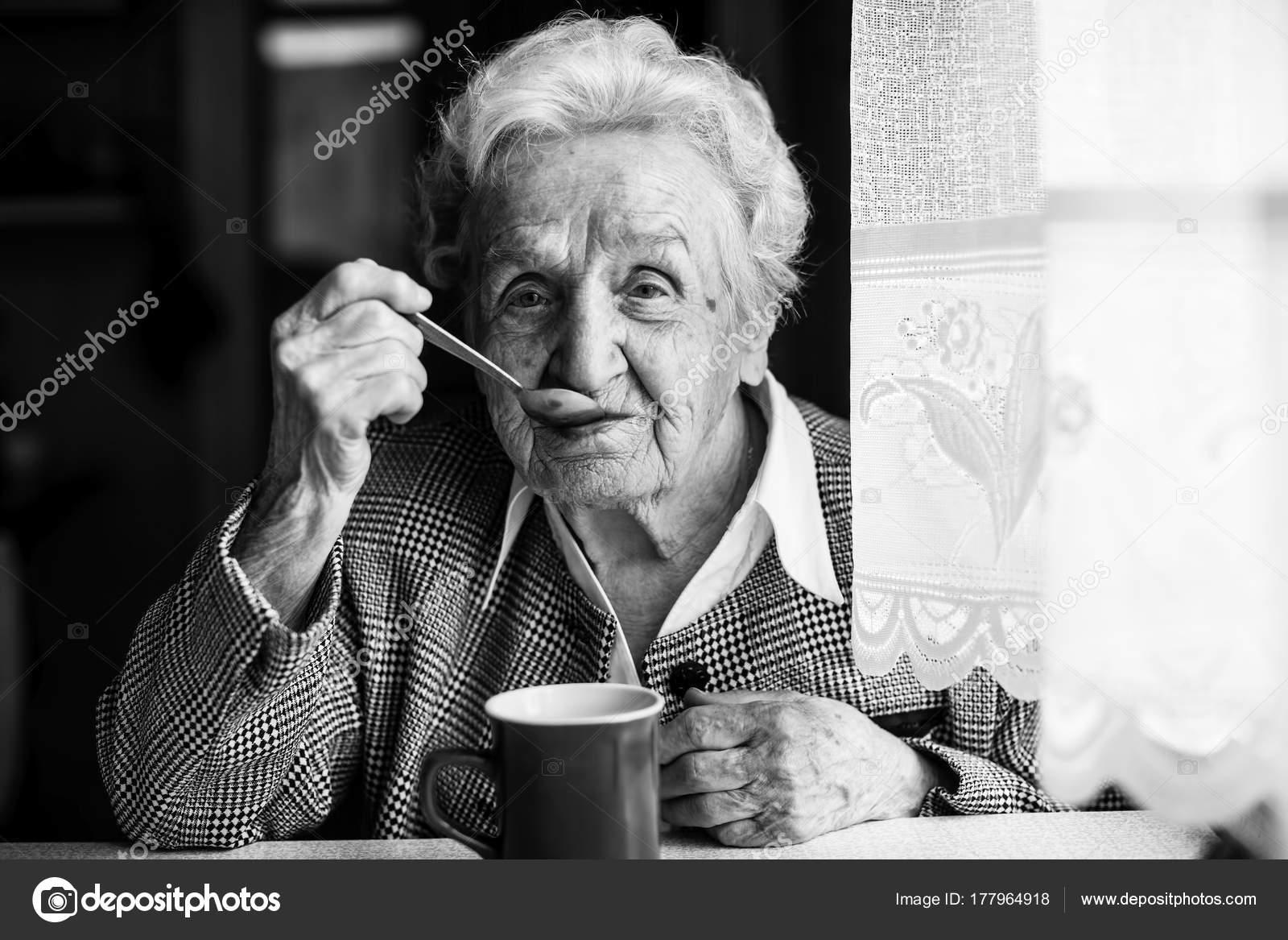 dad36cfca0 Idős Asszony Asztalnál Teát Iszik Fekete Fehér Portré — Stock Fotó ...