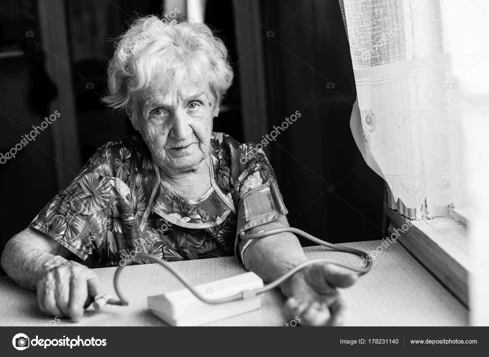 042c0b5d59 Idős Asszony Intézkedések Artériás Nyomás Fekete Fehér Fénykép ...
