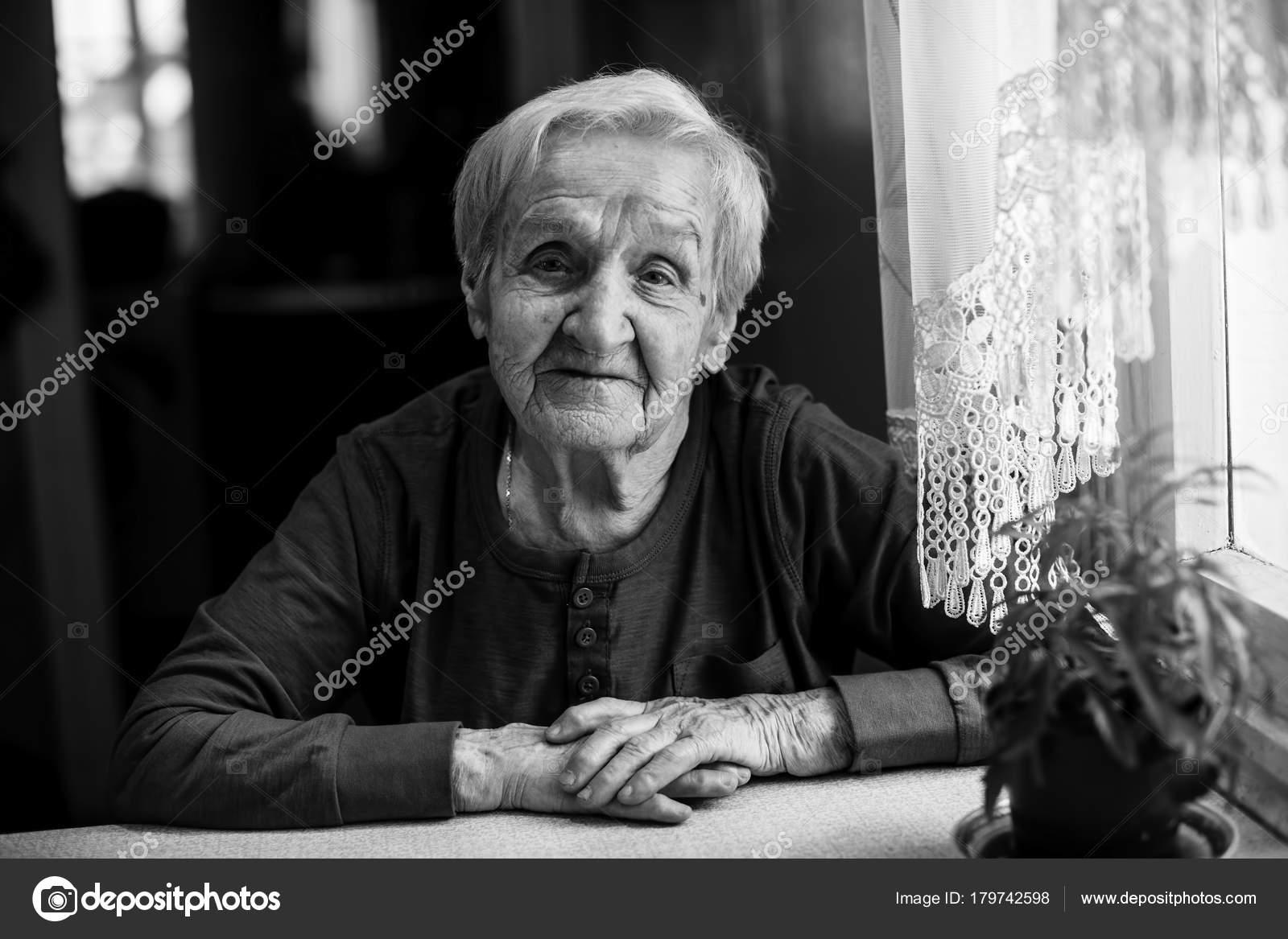 66ef931c29 Egy Idős Asszony Éves Fekete Fehér Portré — Stock Fotó © dimaberkut ...