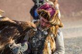 Sagsay, Mongolsko - září 28, 2017: Golden Eagle Hunter, při lovu na zajíce drží golden eagles na ruce v pouštní hory západní Mongolsko