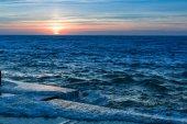 Úžasné moře západ slunce na molu v klidné počasí