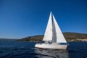Vitorlás hajó az Égei-tengeren. Luxus jachtok