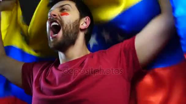 Venezuelská ventilátor drží státní vlajka
