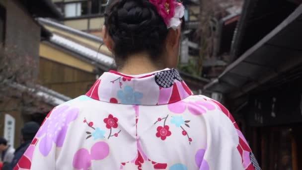 Japonské dívky nosí tradiční kimono