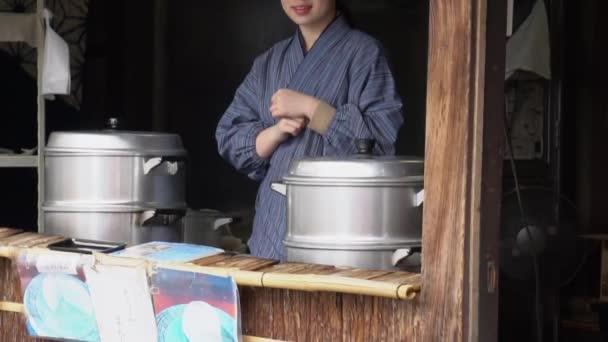 Japonská žena v obchodě