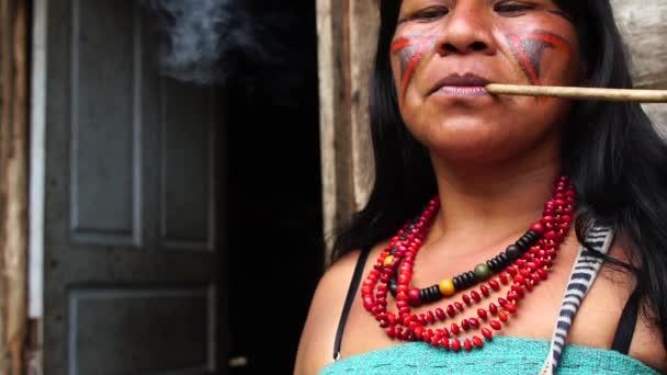 Natív brazil asszony dohányzó cső