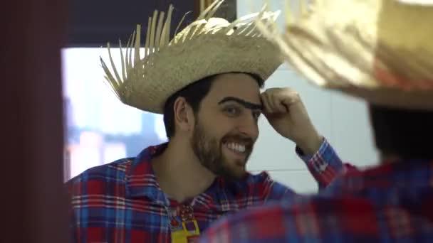 Brasilianischen Mann Kostüm Kleidung tragen — Stockvideo ...
