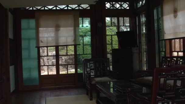 https://st3.depositphotos.com/1753052/16856/v/600/depositphotos_168565288-stock-video-interior-traditional-korean-building-seoul.jpg