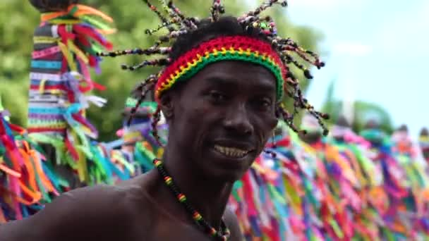 Afro tance kolem barevné stuhy