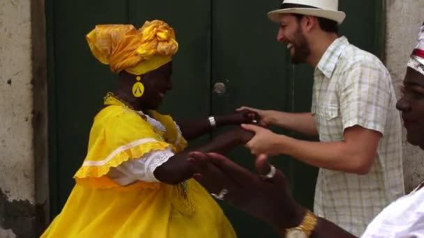 Turistické tančí s místní brazilské ženy