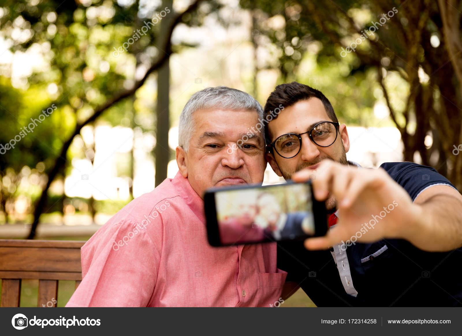 Padre E Hijo Tomando Selfie Y