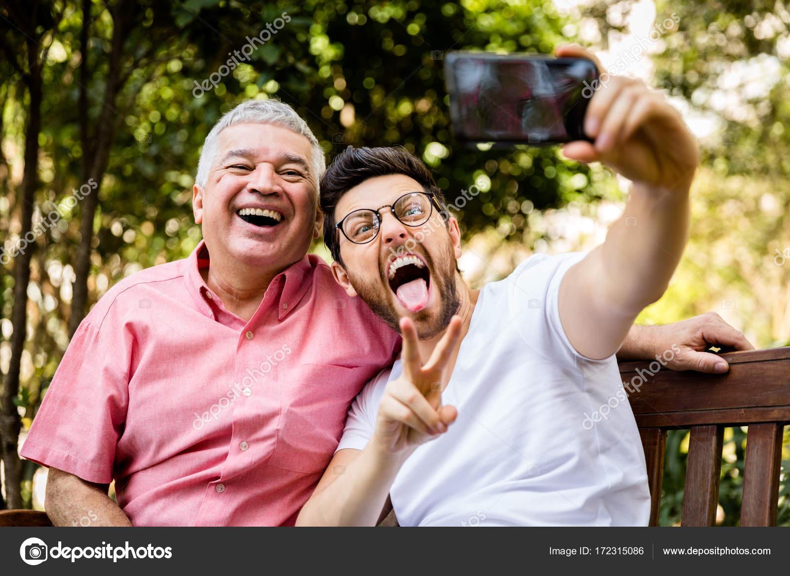 Padre E Hijo Tomando Selfie Y Divertirse En El Parque