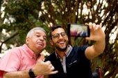 Fotografie Vater und Sohn nehmen Selfie und Spaß im park
