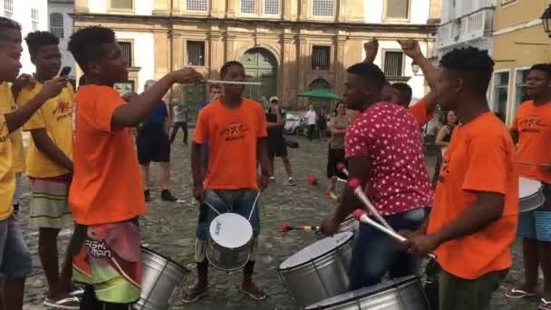 Csoport Afro-brazil férfi játszik a karnevál az utcán a Pelourinho, Bahia, Brazília