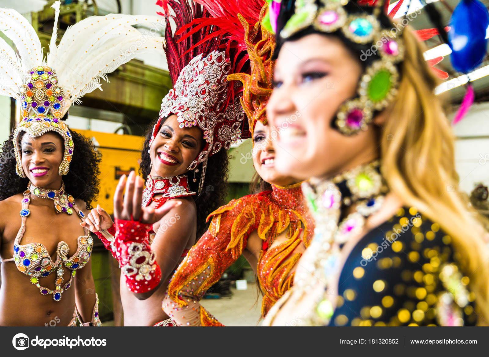 Brasilianische Frauen Karnevalskostüme Tragen — Stockfoto ...