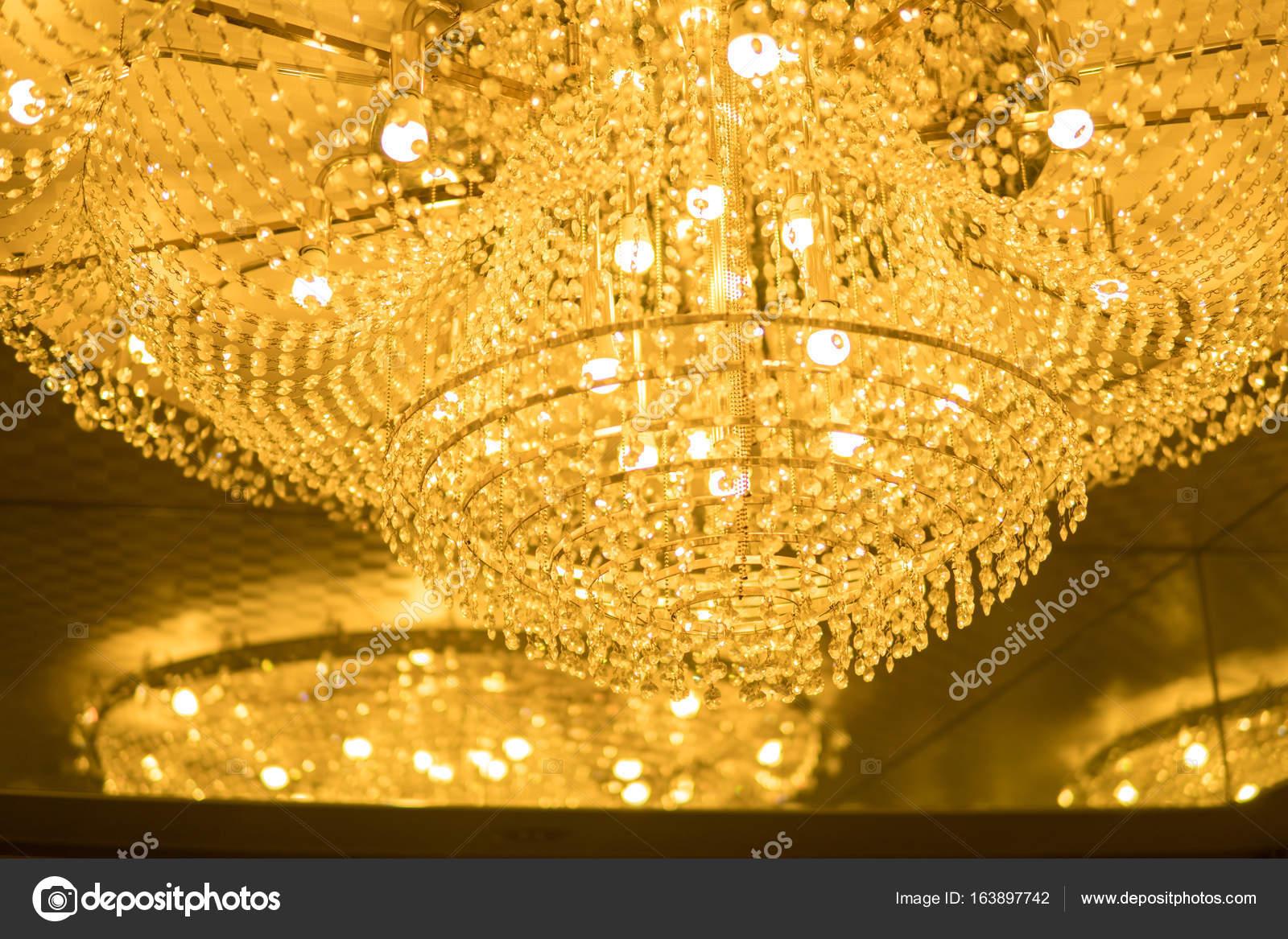 Kronleuchter Kristall Anhänger ~ Beleuchtete kronleuchter mit kristall anhänger u stockfoto