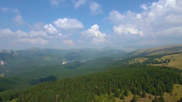 Letecký snímek úzkých údolí a hory 5