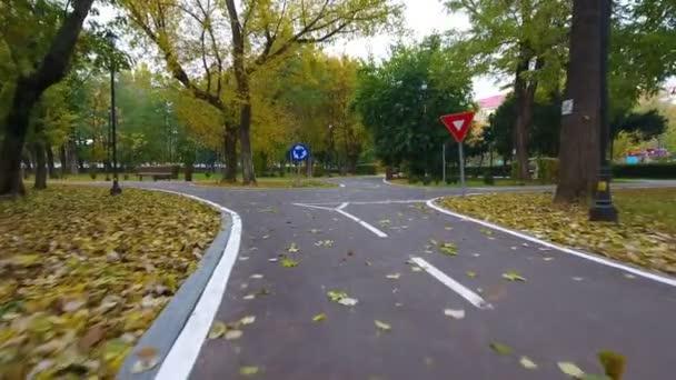 Letecké záběry z dopravního značení pro cyklisty na podzim park