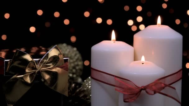 Weihnachts-Geschenk und Kerzen in stimmungsvolles Licht