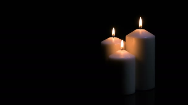 Kerzen brennen auf schwarzem Hintergrund