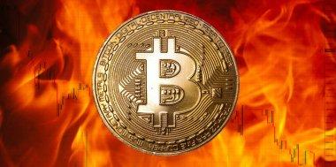 Alevler ve borsa sembolleri önünde Bitcoin sanal para birimi sembolik madeni para