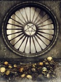 Photo Ornamented gothic window with a pentagram, spider webs, skulls, and bones. 3D render.